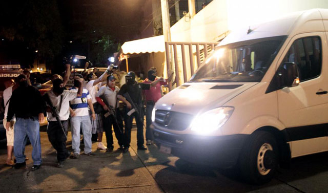Seguridad en torno a la furgoneta que traslada a los turistas atacados. | Afp