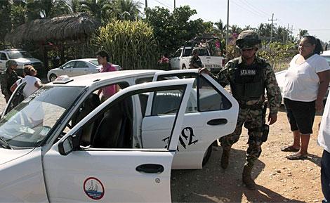 Imagen de miembros de la Marina mexicana buscando sospechosos.
