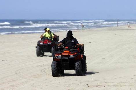 La policía patrulla las playas de Acapulco