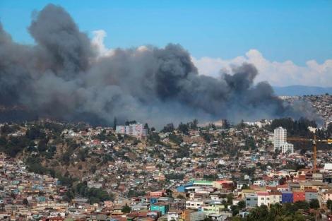 Vista general de la humareda provocada por el incendio. | Efe [VER MÁS IMÁGENES]