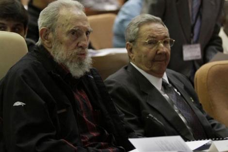 Fotografía cedida por Cubadebate de Fidel y Raúl Castro en la Asamblea.