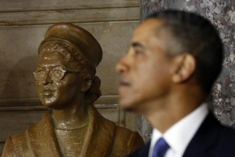 Obama posa junto a la estatua de Rosa Parks. | Reuters