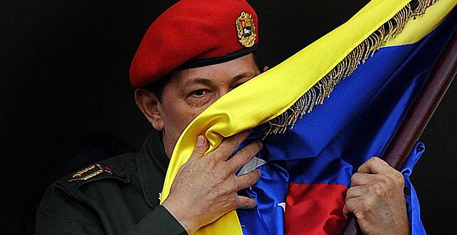 Chávez besando la bandera de Venezuela en 2011.