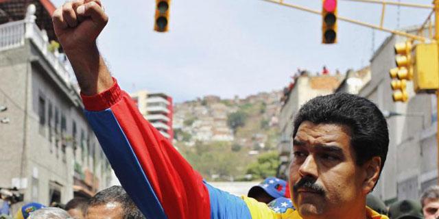 El vicepresidente Maduro, puño en alto, durante el cortejo fúnebre de Hugo Chávez, su mentor. | Reuters