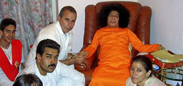 Nicolás Maduro (sentado a la izquierda), junto al gurú, en Puttaparthi (India).| Efe