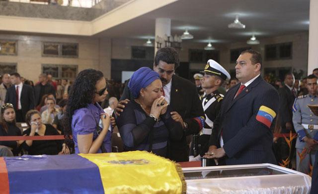Maduro consuela a la senadora Piedad Córdoba y a Rosa Virginia Chávez en la capilla ardiente. | Reuters
