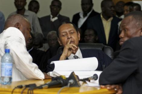 El ex dictador Duvalier escucha los cargos contra él.  Reuters