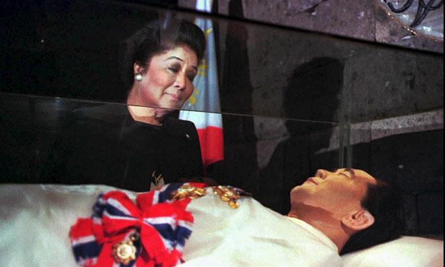 La viuda del dictador Ferdinand Marcos, Imelda, observa el cadáver embalsamado de su esposo.   Ap