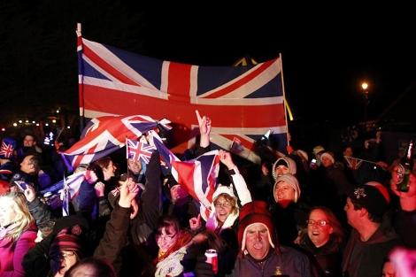 Los habitantes de las Malvinas celebran el resultado de la consulta.   Reuters