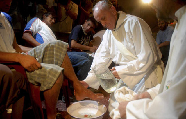 Bergoglio en 2008 en el refugio Hogar de Cristo. | Reuters