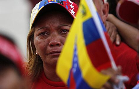Una mujer llora en el funeral de Chávez.