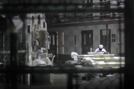 Un preso lee en una de las estancias de Guantánamo