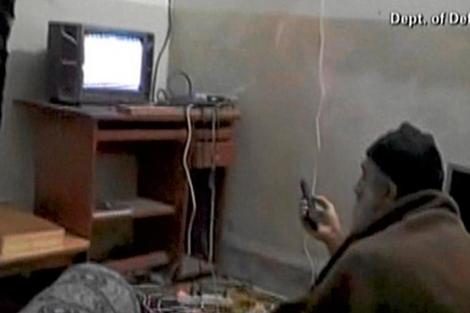Osama bin Laden viendo la televisión en su escondite en Abbottabad. | Efe
