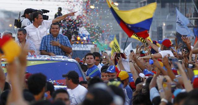 Una multitud ha recibido a Capriles en las calles de Barinas. | Reuters