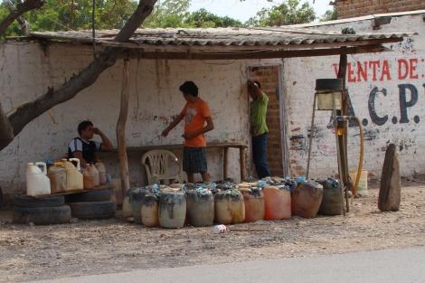 Punto de venta de combustible de contrabando en La Paz. | S. H.-M.
