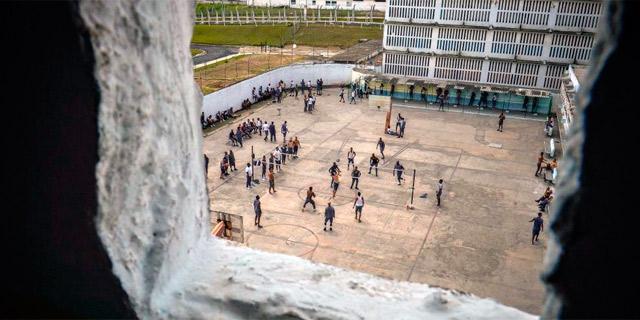 Algunos presos en el patio de la prisión 'Combinado del Este'.   Afp