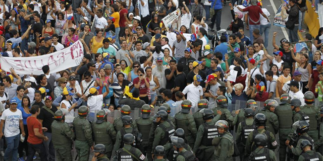 Seguidores de Capriles protestan ante la policía. | Foto: Efe