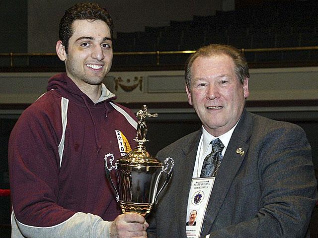 Tamerlan Tsarnaev recoge un trofeo durante un campeonato de boxeo en Massachusetts en 2010.   Reuters