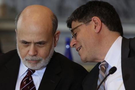 El presidente de la FED, Bernanke, habla con el secretario del Tesoro, Jack Lew.| Afp