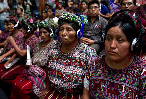 Varios miembros de la etnia Ixil escuchan la sentencia.| Efe