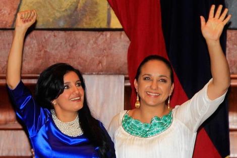 La presidenta Gabriela Rivadeneira (d) y su vicepresidenta Rossana Alvarado| Efe