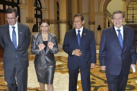 La presidenta de Costa Rica, Laura Chinchilla, junto a su homólogo peruano tras viajar en el jet privado. | Efe