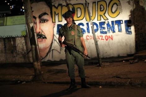 Un soldado vigila un barrio de Caracas.   Reuters