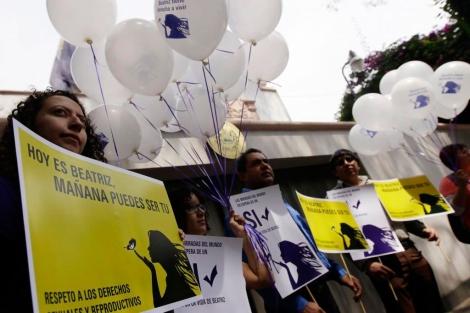 Miembros de Amnistía Internacional a favor del aborto de Beatriz.| Reuters