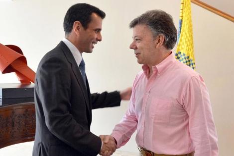 Capriles (izq.) y Santos, durante su encuentro. | Reuters