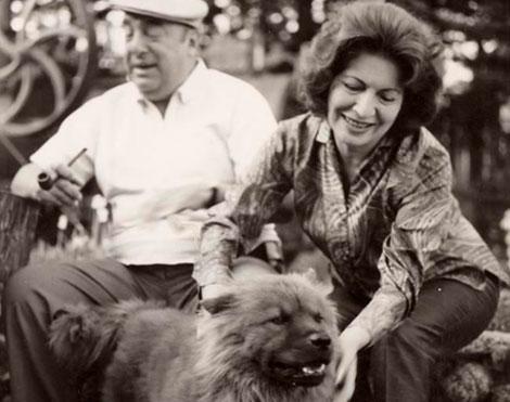Pablo Neruda tras su mujer, Matilde Urrutia.  El Mundo
