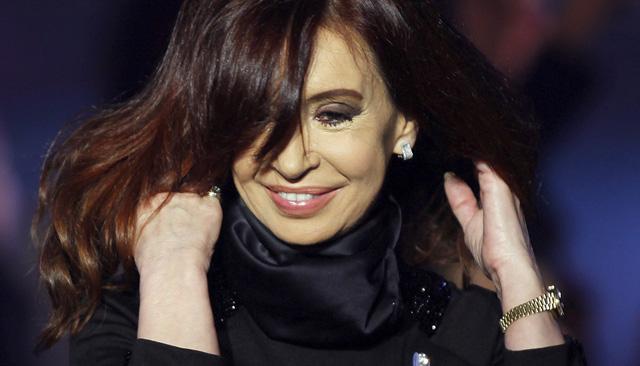 La presidenta de Argentina sonríe en un acto en la Casa Rosada, en Buenos Aires. | Reuters