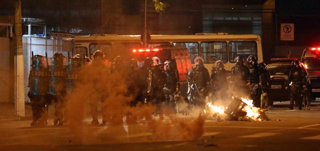 Varios policías bloquean una calle en Niterói, ciudad vecina a Río de Janeiro. | Efe