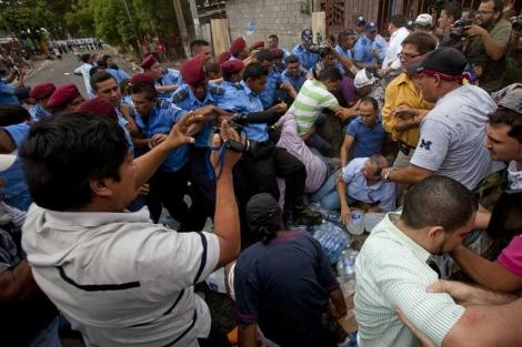 Desalojo de los ancianos en Managua. | Efe