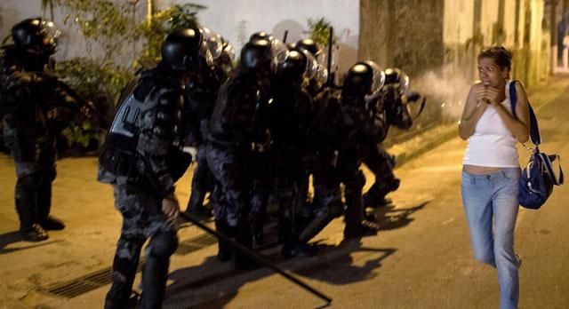 Una mujer se asusta ante las acciones de los antidisturbios en Niteroi. | Afp