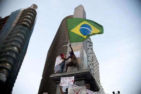 Varios manifestantes protestan en un edifico de Horizonte Belo, en Brasil.   Afp