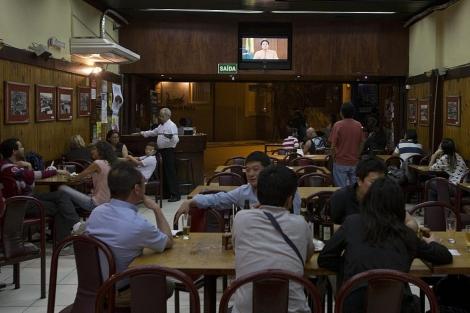 Imagen de un bar durante el mensaje de la presidenta. | Efe