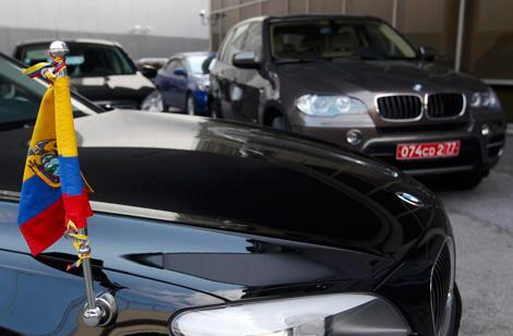 Dos coches oficiales de la embajada de Ecuador, a la salida del aeropuerto. | Reuters