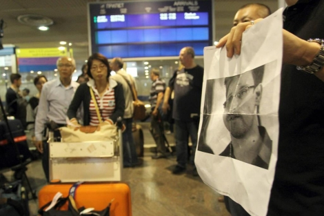 Periodistas preguntan por Edward Snowden en el aeropuerto de Moscú.   Efe