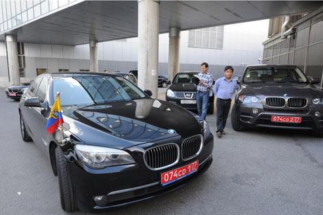 Coches diplomáticos de Ecuador esperan en el aeropuerto de Moscú.   Afp