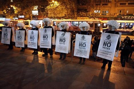 Un grupo realiza una representación en defensa de la ley que despenaliza el aborto  Efe