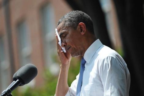 Obama se seca el sudor durante su discurso al aire libre.| Afp