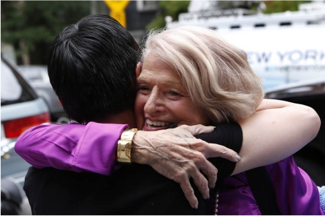 Edith Windsor abraza a una simpatizante tras el veredicto del Supremo. | Reuters