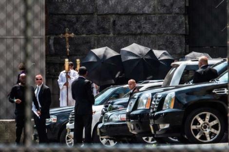 El coche con los restos del actor y su cortejo fúnebre. | Afp