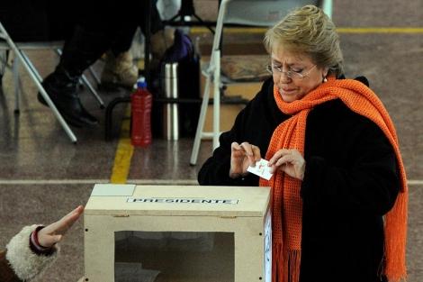 La ex presidenta, justo antes de ejercer su derecho al voto. | Efe