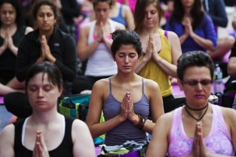 Grupo de personas realiza yoga| Reuters