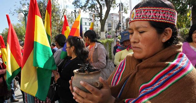 Indígenas partidarios de Evo Morales protestan contra Francia en La Paz. | Efe