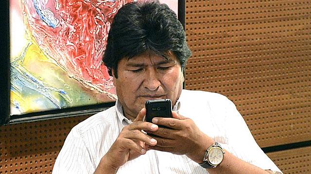 Evo Morales en una sala del aeropuerto de Viena la pasada noche. | Foto: Efe