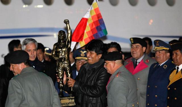 Morales recibe una estatua del héroe Tupac Katari a su llegada. | Reuters