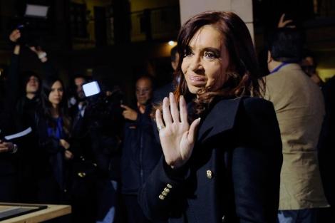 La presidenta Cristina Kirchner saluda antes de entrar a una reunión.   Afp