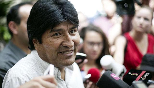 Evo Morales, tras bajar de su periplo aéreo.| Afp
